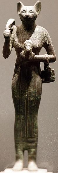 La dea Bast, conosciuta anche come dea Bastet, era il simbolo della femminilità nell'antico Egitto.